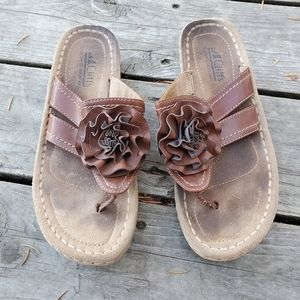 Brown leather thong sandals with flower detail